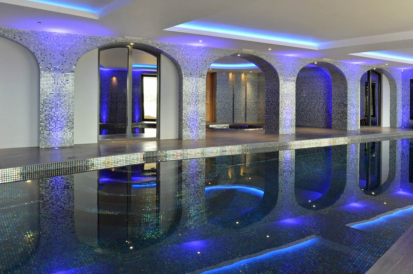 Attractive indoor swimming pool
